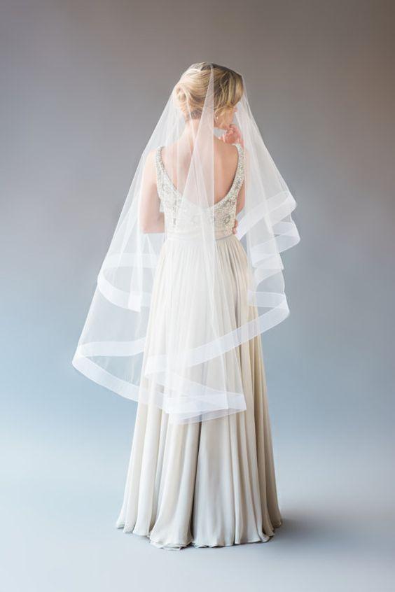Para las que tienen mucho busto o pancita, un velo de novia largo te hará ver mas delgada y mas alta.