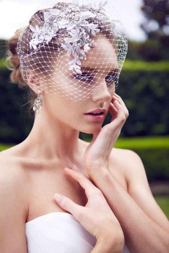 Velo estilo jaula para una novia muy chic.
