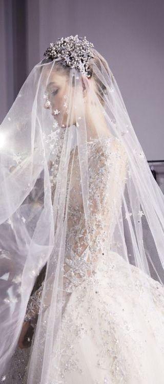 Los velos con detalles con apliques son femeninos y elegantes.