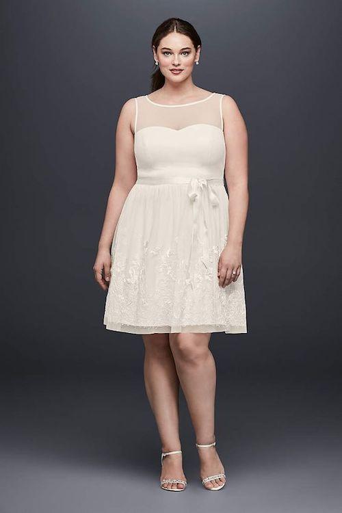 David's Bridal. Vestido corto para novias gorditas super sencillo y delicado.