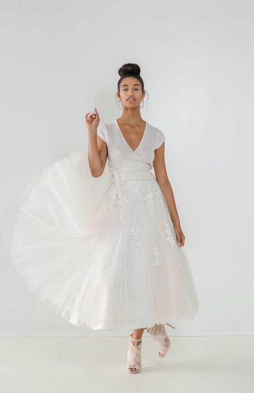 Un vestido de novia a media pierna con mucho vuelo de Ivy & Aster.