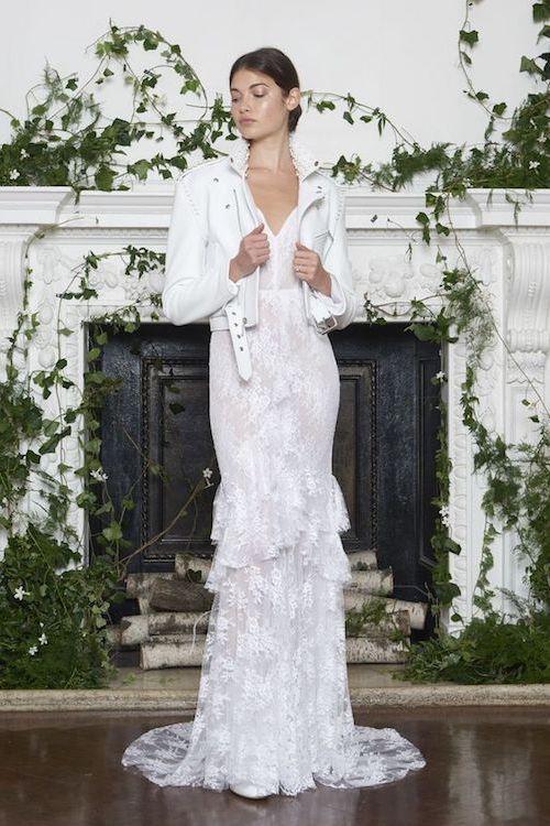 Los vestidos de novia sencillos se complementan con una chaqueta corta blanca para estar en tendencia. Monique L'huillier. Fotografía: Greg Kessler de KesslerStudio.