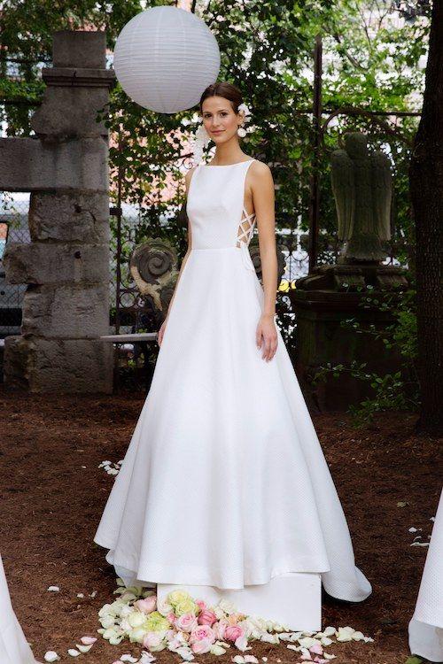 Entre los vestidos de novia sencillos se destaca este moderno corte princesa de Lela Bridal 2018.