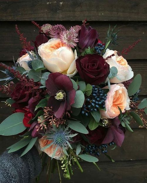 Eucalyptus, thistles and berries will give a touch of originality to the wedding bouquet.