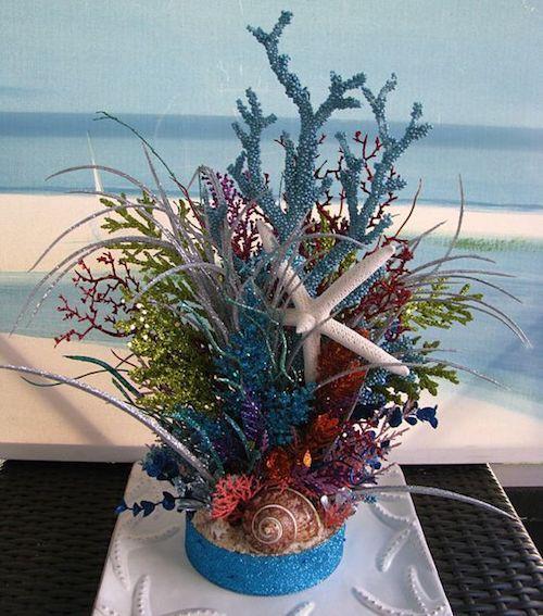 Imítate un arrecife coralino con mucho brillo para una recepción en la playa glam.