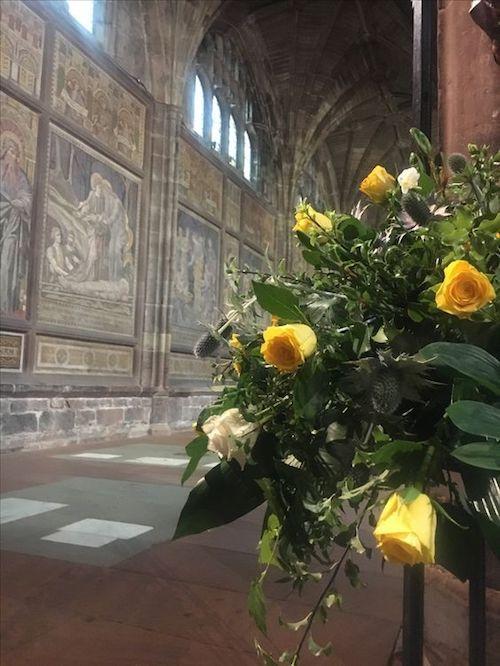 Arreglos florales para bodas en amarillo Gen Z.