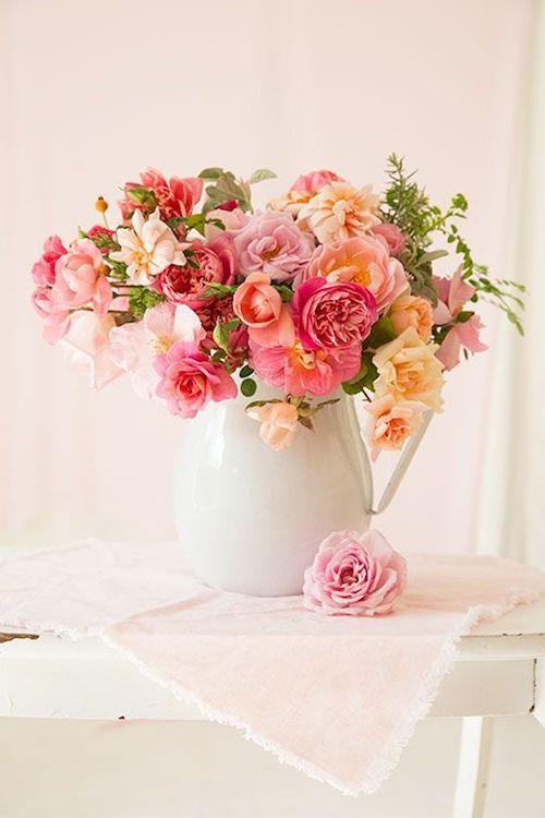 Imagínate estos arreglos florales en una celebración vintage junto al mar.