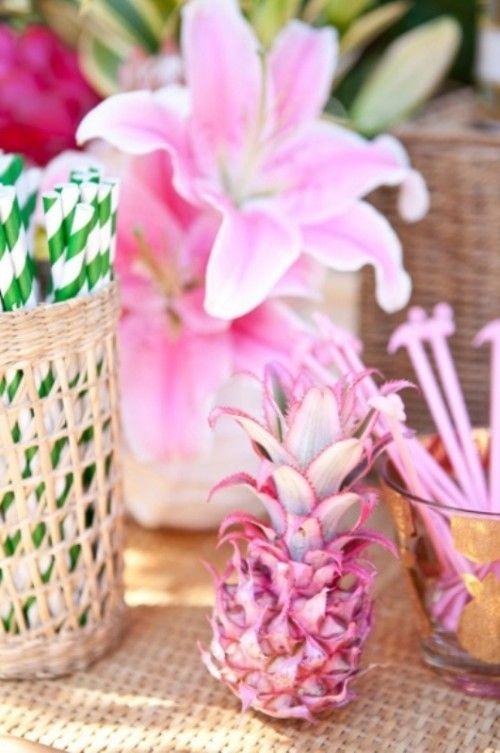 Pinta la piña del color de las cayenas para una boda de playa super tropical.