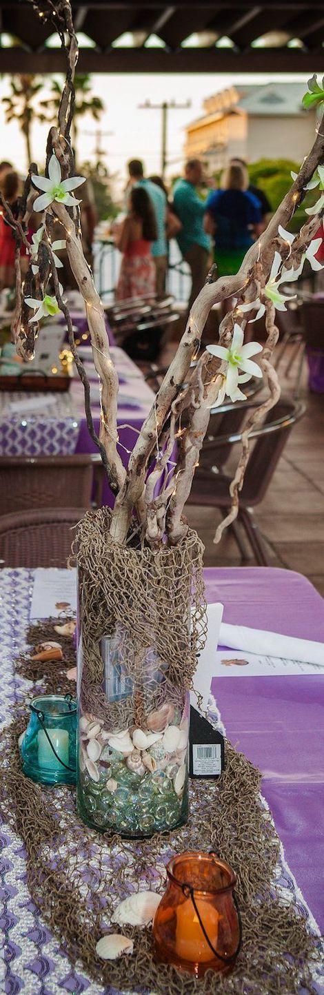 Piedras de vidrio, red de pescar, caracolas y ramas para una boda en las playas de Key West.
