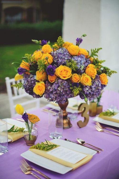 Las bodas en amarillo Gen Z lucirán elegantes combinadas con el lila y el lavanda. Centro de mesa veraniego y único. Foto: Jason Mize Photography.