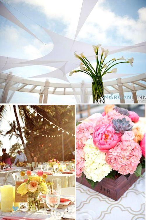 Sencilla pero super elegante. Un centro con alcatraces para una recepción bajo una carpa en la playa. Ranúnculos, rosas de jardín, tulipanes, craspedias y asters para una boda romántica y vintage en Hawaii de One Love Photo.