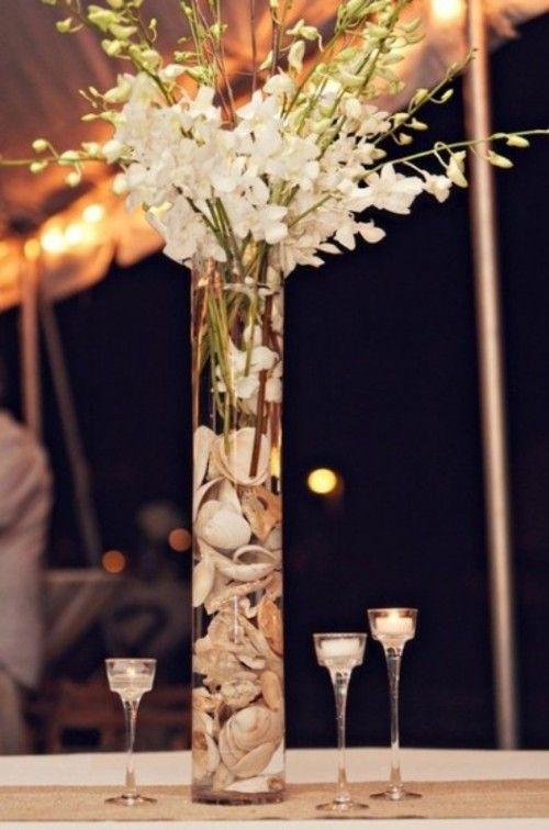 Flores blancas y caracoles para un centro de mesa elegante, alto y sencillo de hacer.
