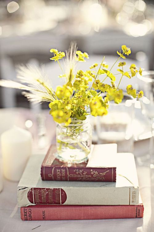 Para armar este centro de mesa, elige tus libros favoritos y pídeles a tus invitados que los firmen como una alternativa al libro de firmas. De preferencia usa libros con tapa dura.