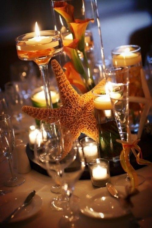 Si la cena se lleva a cabo en un espacio cerrado, usa copas altas, tubulares y triangulares con velas, agua y flores. Una estrella de mar finaliza el look.