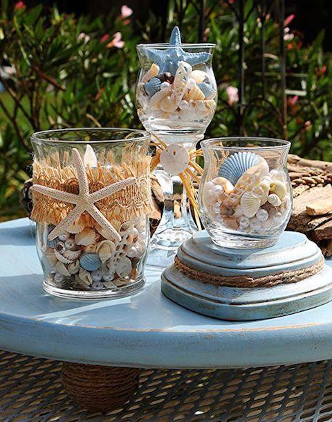Adorables centros de mesa para una boda en la playa con estrellas de mar.
