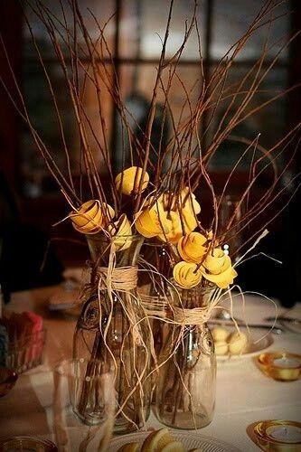 Deja que entre el sol con estos centros de mesa sencillos de hacer con ramas y flores de papel en amarillo.