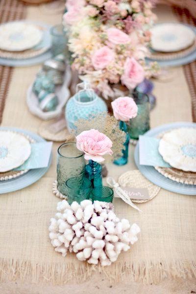 Los botellones azules contrastan con la delicada flor en rosa. Absolutamente encantador.