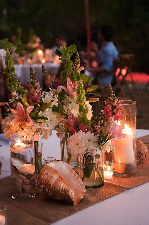 Caracolas, guijarros, velas flotantes y flores. Foto cortesía de Sylvia Guardia M.
