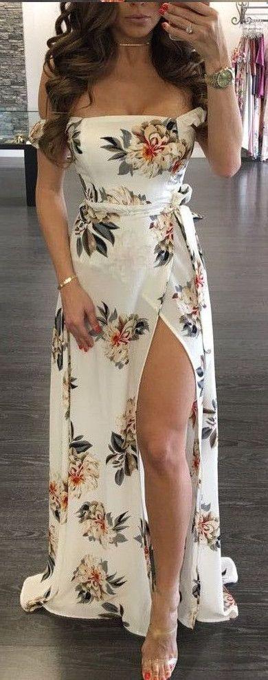 Sigue la tendencia de los estampados florales con vestidos de noche para gorditas jóvenes con hombros caídos, largo y con tajo al costado de luulla.