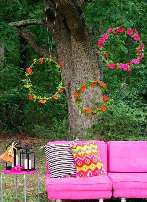 Hang a few hula hoops dressed as giant wedding wreaths for the most perfect photo booth. Tres bohemian. Get the tutorial at bodasyweddings.