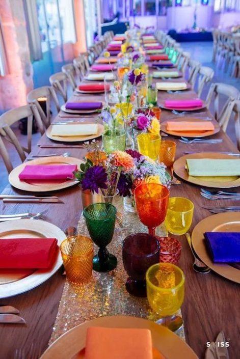 Este look bohemio nos corta la respiración. Centros de mesa para bodas en la playa ultra coloridos y muy económicos. Skiss photo.