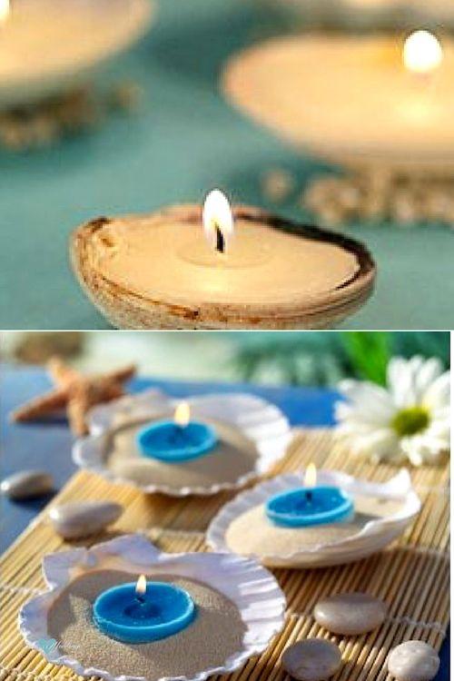 Caracolitos rodean las ostras con velas. Delicado detalle para una boda en la playa. Ostras de mar con arena y velas rodeadas de guijarros, margaritas sobre una esterilla.