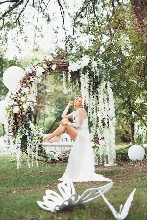 Giant Wedding Wreaths How Tos On A Budget For The New Decor Trend