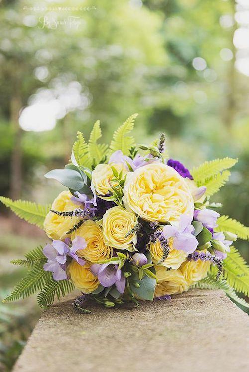 Ramo de novia con peonias y helechos en amarillo y lila. ¿No es maravilloso? Doncaster wedding photography.