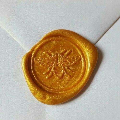 ¡Hasta los sellos de las invitaciones pueden lucir este hermoso color!