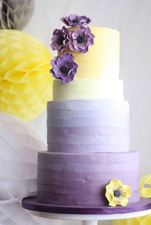 Estas tartas nupciales brillan en amarillo Gen Z y lila, luciendo desde vibrantes tonos bañados por el sol hasta el color de un suave atardecer. Diseño de Sugared Saffron.