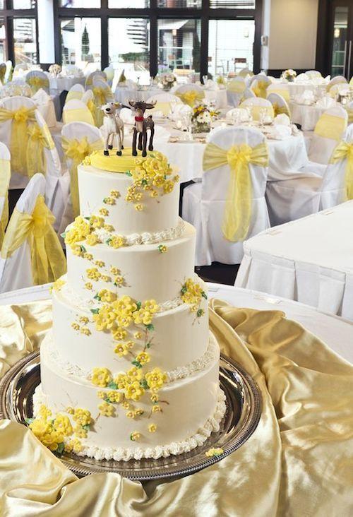 Torta de casamiento alegre y primaveral para una temática de bodas en amarillo Gen Z en Weber's.