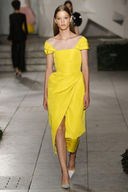 Este vestido de Carolina Herrera primavera verano 2018 es perfecto para tus madrinas.