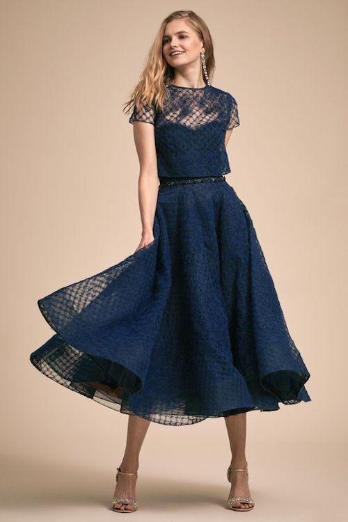 Vestido Jodi de Marchesa Notte para BHLDN en un tono azul oscuro con un estilo decididamente de mediados de siglo. Quítale la capa y revela un escote corazón.