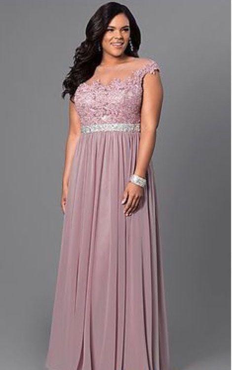 No pasarás desapercibida con este vestido de noche largo en lila.