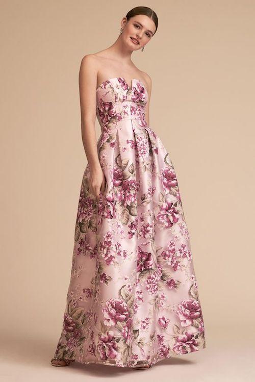 Vestido Meritt de BHLDN cubierto en flores de color rosa, desde el escote hasta la falda. Si, también viene en tallas grandes. ¡Lista para la selfie!