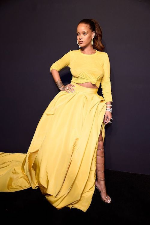 ¿Qué tal un vestido en amarillo Gen Z como el de Rhianna para la madrina de boda? El que vistió en el lanzamiento de su linea Fenty Beauty. Crédito foto: Kevin Mazur.