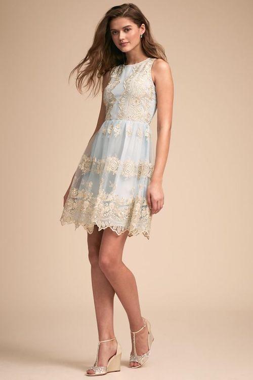 Vestido floreado de BHLDN. Una opción elegante para la invitada bohemia elegante. Este vestido sin mangas presenta intrincados bordados con un sutil brillo metálico. Nos encanta el contraste que crea sobre el tul negro. Un festón de encaje finaliza el look.