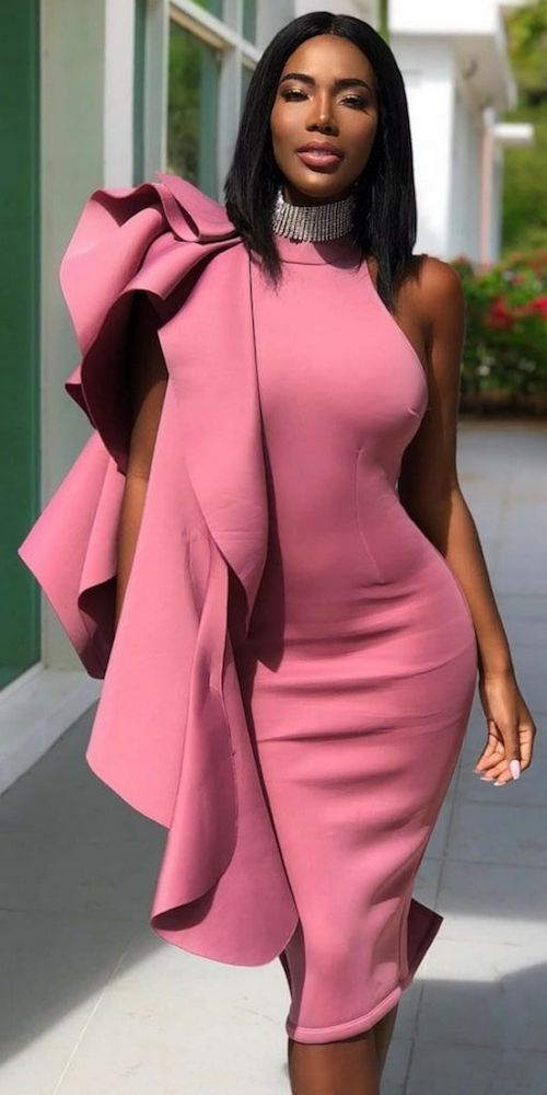 Luce increíble con este vestido que realza tus curvas con un detalle de manga en rosa fuerte.