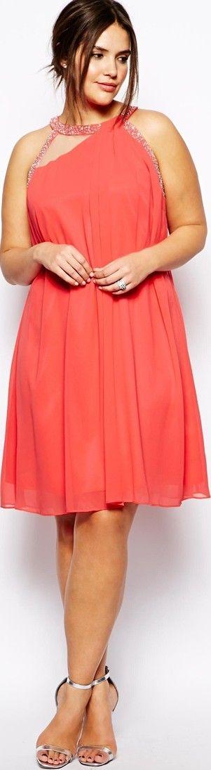 Con estos vestidos de noche para gorditas jóvenes serás el centro de todas las miradas. Luego de la novia, por supuesto. Vestido en naranja coral corto para fiestas en tallas grandes de boomerinas.