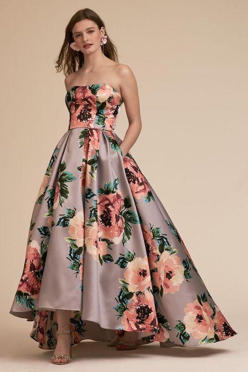 Vestido Luciana de BHLDN. Los estampados de rosas estallan en tonos vibrantes y adornan una falda voluminosa y un escote recto en este llamativo vestido de noche. La espalda es abierta y elegante y viene en tallas grandes.