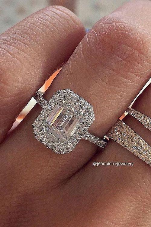 Alianza de compromiso, corte esmeralda tipo halo con diamantes en pavé.