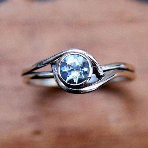 Puedes elegir anillos como este, biselado con una piedra de color absolutamente divino y nada tradicional.