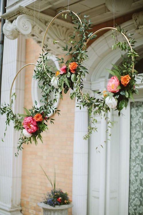 Aros dorados con flores. En serio, ¿hay alguna boda mas elegante? El paso a paso en el blog. Foto: Paige Jones Photography.