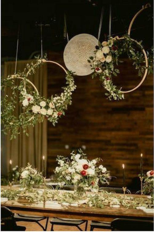 Desde arreglos colgantes en la recepción hasta inolvidables fondos de ceremonia, estas coronas florales se roban las miradas.