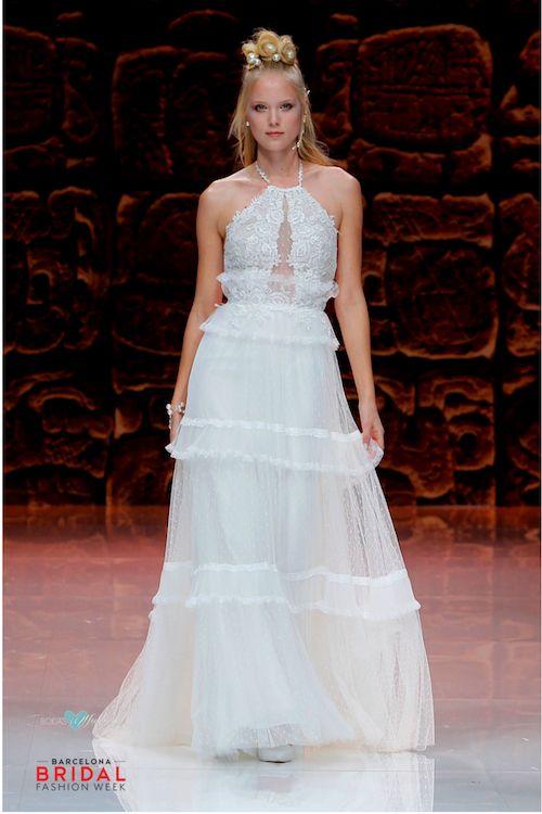 Liviano, romántico y espalda descubierta para una boda en verano. Vestidos de novia de Inmaculada García.