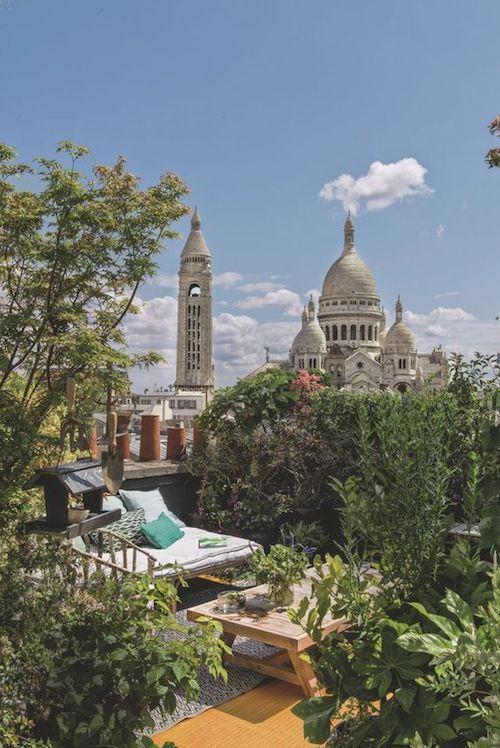 Un apartamento con un jardín colgante, plantado en la cima de la colina Montmartre, es el marco perfecto para bodas en terrazas íntimas.