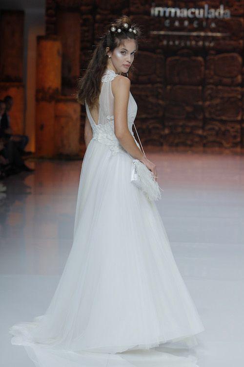 Hasta los pómulos tiene un toque de plateado. Un bolso cubierto de livianas plumas blancas y un vestido de novia sin igual. Inmaculada García.