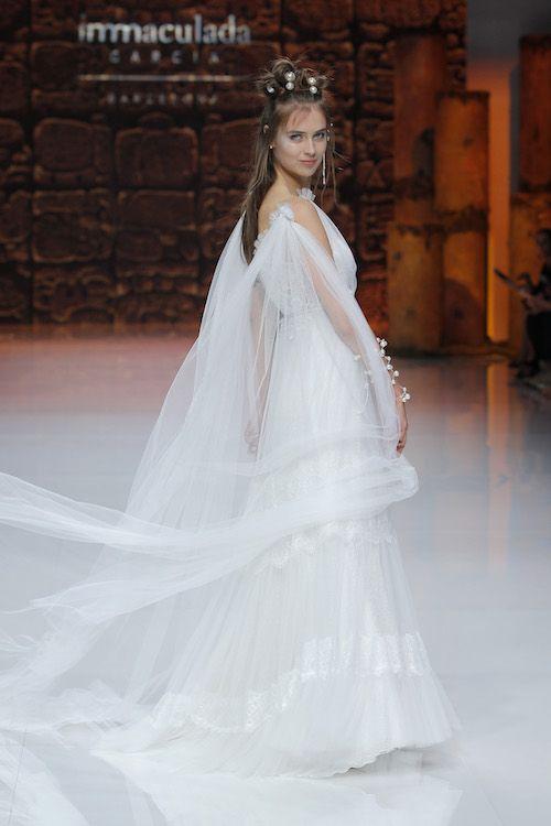 Líneas rectas y una capa ilusión con mucho vuelo en los vestidos de Inmaculada García en su nueva colección Ixchel.