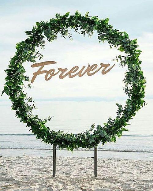 Imagina tu ceremonia en la playa con esta corona gigante y el mar de fondo.