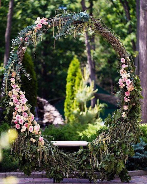 Cómo hacer coronas gigantes paso a paso para ambientar tu boda.